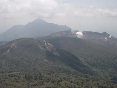 霧島連峰 034・下りから獅子戸岳、新燃岳、高千穂峰 (640x480)